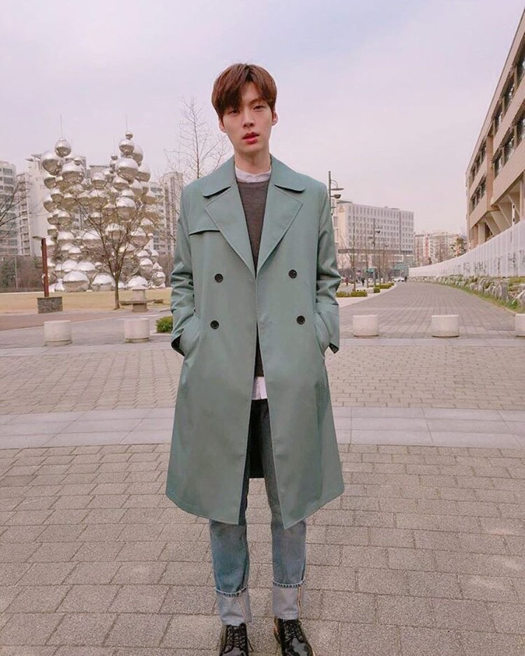 Một item yêu thích khác của nam diễn viên là những chiếc áo măng tô dáng dài, không ít lần khán giả bắt gặp anh chàng trong kiểu trang phục này.