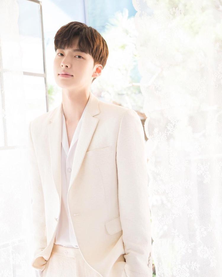 Lịch lãm, sang trọng với vest màu sáng. Dù diện kiểu vest nào, nam thần Ahn Jae Hyun cũng vô cùng phong nhã, hào hoa, dư sức đốn tim các cô gái.