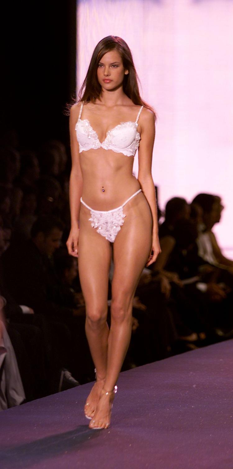 """Chập chững những bước chân đầu tiên trên sàn catwalk nhà VS vào năm 2000, """"cô bé"""" Alessandra mang đến thế giới một vẻ đẹp đậm chất Mỹ Latinh."""