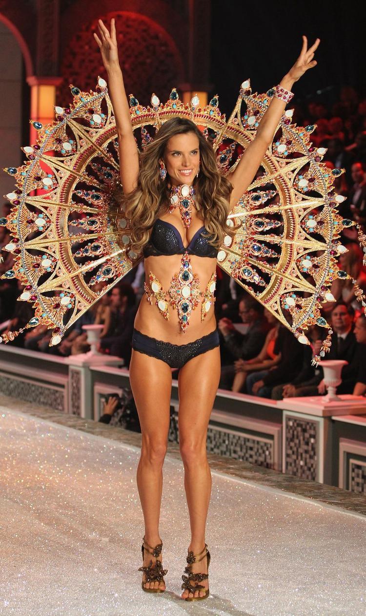 Rõ ràng không còn ai xứng đáng hơn cô để mang trên mình chiếc cánh thiên thần đắt tiền nhất và lộng lẫy nhất trong lịch sử của Victoria's Secret Show tại đêm diễn năm 2011.