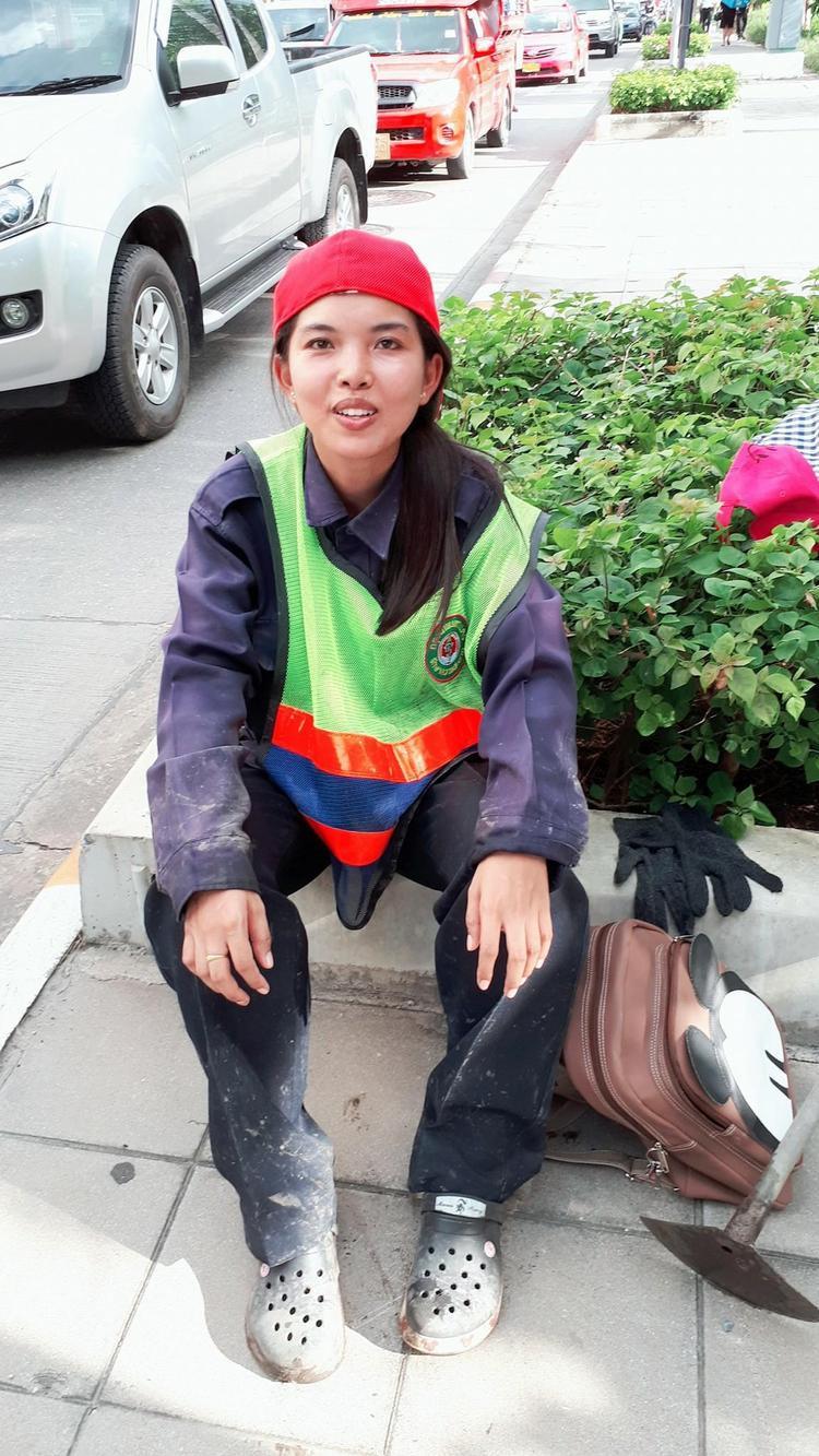 Suwanan Ketiam trong bộ trang phục lao công
