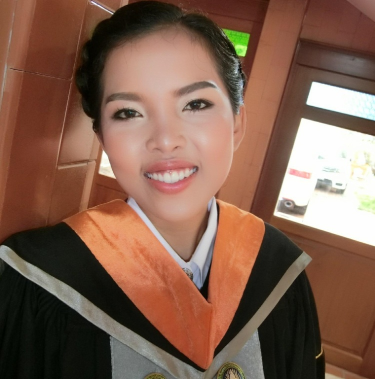 Nữ sinh tốt nghiệp ĐH nhưng lại đi làm nghề quét rác, đến khi hiểu lý do mới thấy thật nể phục