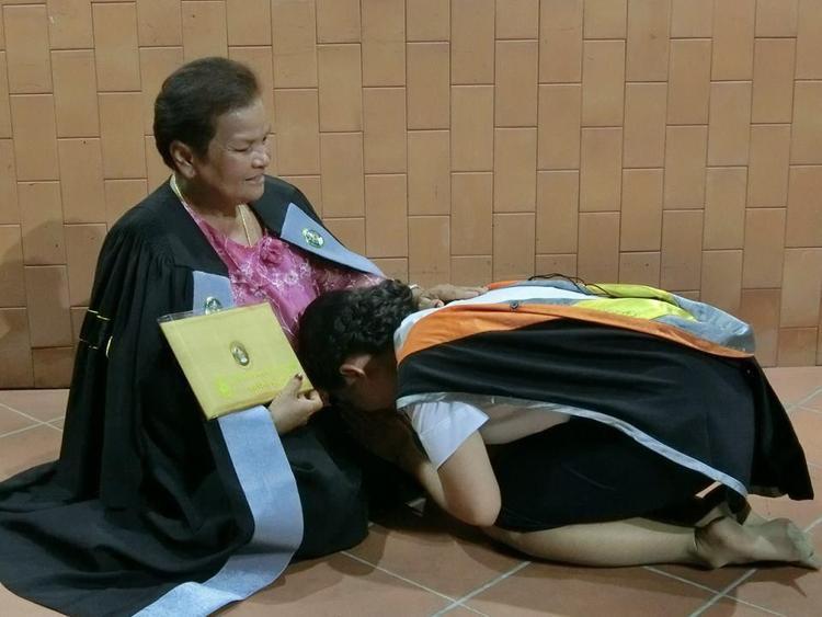 Suwanan cúi đầu cảm ơn mẹ trong lễ tốt nghiệp.
