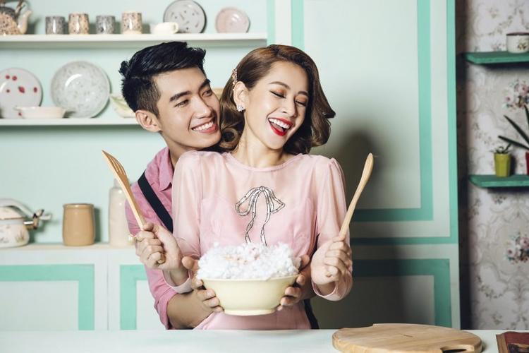 Trang phục được Chi Pu mặc trong lần quay MV thứ 3 của cô hồi cuối năm ngoái. Nếu Thanh Mỹ để tóc thẳng xõa tự nhiên thì Chi Pu lại làm tóc uốn xoăn trông khá già dặn, có phần không hợp mấy với thiết kế.