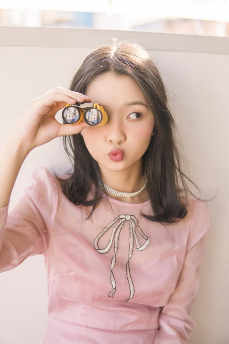 Trong những bức ảnh mới nhất, Thanh Mỹ mặc chiếc đầm màu hồng phớt xinh xắn, kín đáo, phù hợp với độ tuổi.