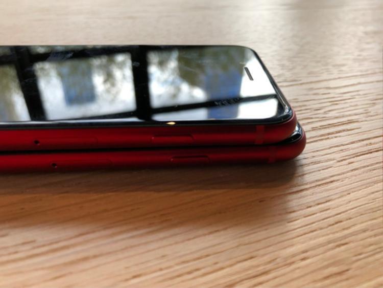 Dự kiến, những chiếc iPhone 8 và 8 Plus đỏ sẽ về Việt Nam ngay trong tuần này với giá cao hơn những chiếc iPhone xách tay khoảng từ 5 đến 6 triệu đồng. Hiện thời gian máy chính hãng lên kệ tại Việt Nam vẫn chưa được các đơn vị phân phối ủy quyền công bố. Tuy nhiên giá máy chính hãng nhiều khả năng không có khác biệt so với những phiên bản màu máy còn lại.