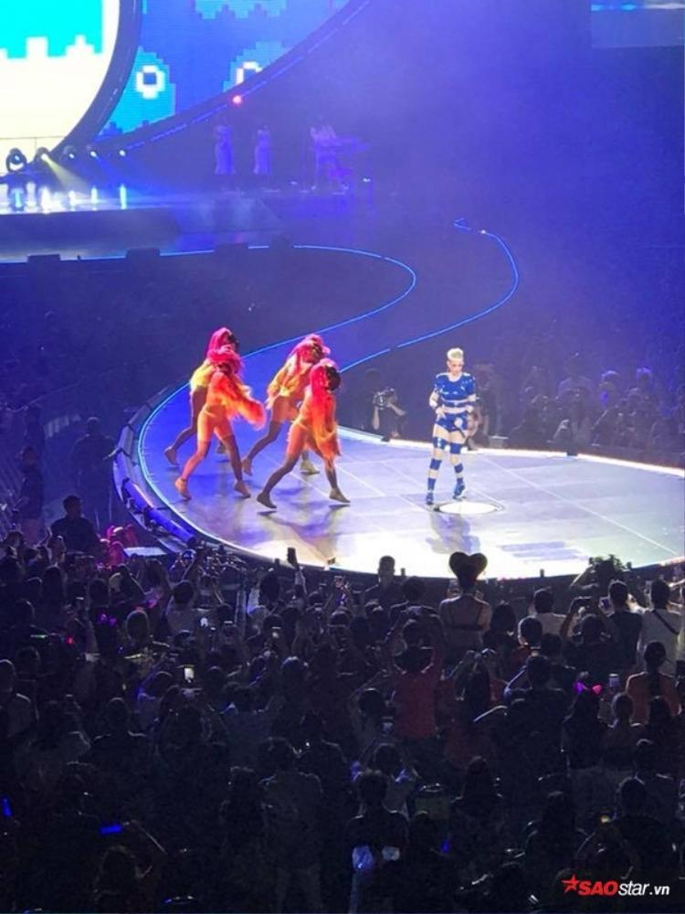Hương Giang xuất hiện rạng rỡ, ngồi phòng VIP xem concert Katy Perry tại Thái Lan