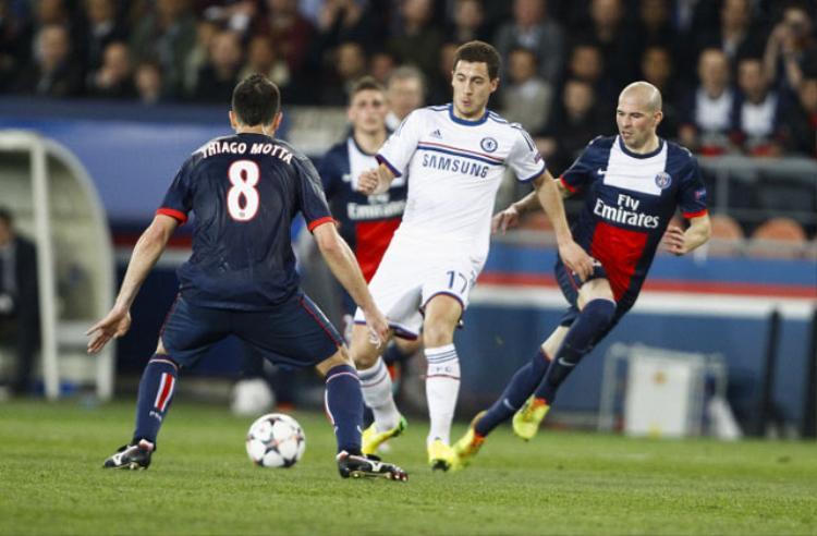 """Chelsea vs Paris Saint-Germain (Tứ kết Champions League 2013/14). Dù để thua 1-3 ở trận lượt đi, nhưng tại trận lượt về, Chelsea đã xuất sắc đánh bại PSG với tỷ số 2-0 và giành quyền đi tiếp nhờ luật bàn thắng ghi được trên sân khách. Andre Schurrle (32′) và Demba Ba (87′) chính là chủ nhân của 2 bàn thắng """"quý như vàng"""" này."""