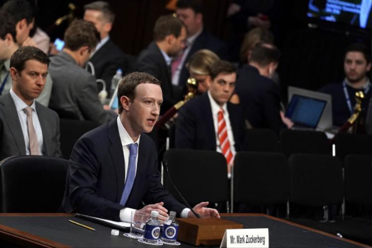 Ông chủ Facebook căng thẳng trong phiên điều trần.