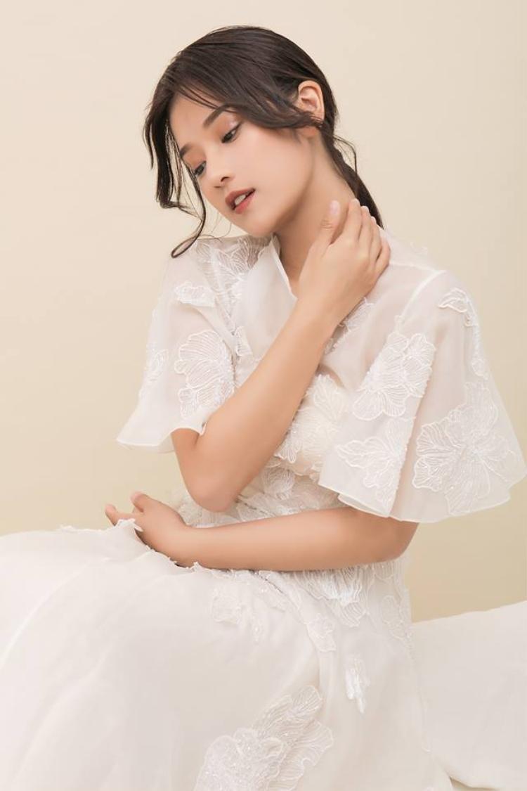 Kết hợp với kiểu tóc uốn xoăn nhẹ phần mái, Hoàng Yến Chibi khiến người đối diện chẳng thể rời mắt.