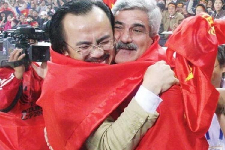 Bầu Thắng và HLV Calisto ăn mừng Việt Nam vô địch AFF Cup 2008 ở Mỹ Đình. Ảnh:Dongtam