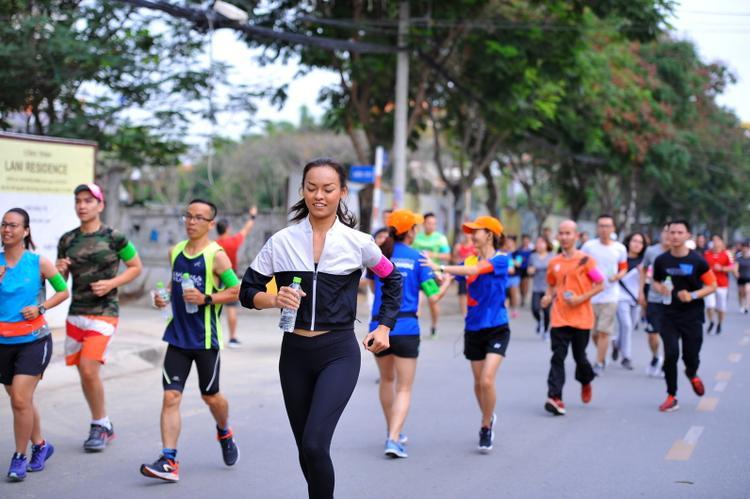Nữ người mẫu nhiệt tình tham gia chạy bộ cùng mọi người.