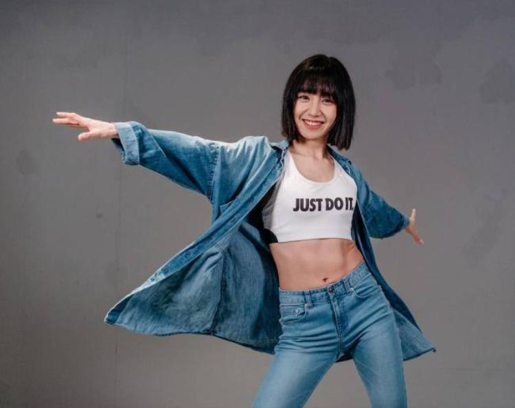 May J Lee đến từ 1Million Studio - một biên đạo vừa mới vừa quen. Cô nàng chắc chắn là ẩn số thú vị thu hút không kém gì những thí sinh.
