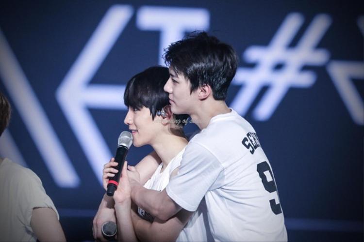 """Qua lời nhắn gửi của Baekhyun, fan có thể thấy được Sehun là một chàng trai vô cùng ấm áp: """"Gửi đến Sehun, người có vẻ ngoài lạnh lùng nhưng luôn ở đằng sau lo lắng cho các anh, anh muốn nói cảm ơn em và yêu em nhiều""""."""