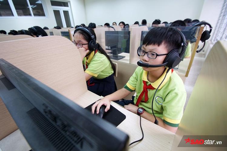 Học sinh được trang bị máy tính để bàn, tai nghe gắn mic.
