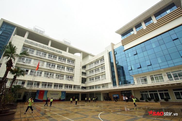 Khi so sánh màu sắc và phong cách thiết kế trường học với các quần thể kiến trúc bên cạnh thì THCS Thanh Xuân trở nên rất hài hòa và đẹp mắt.