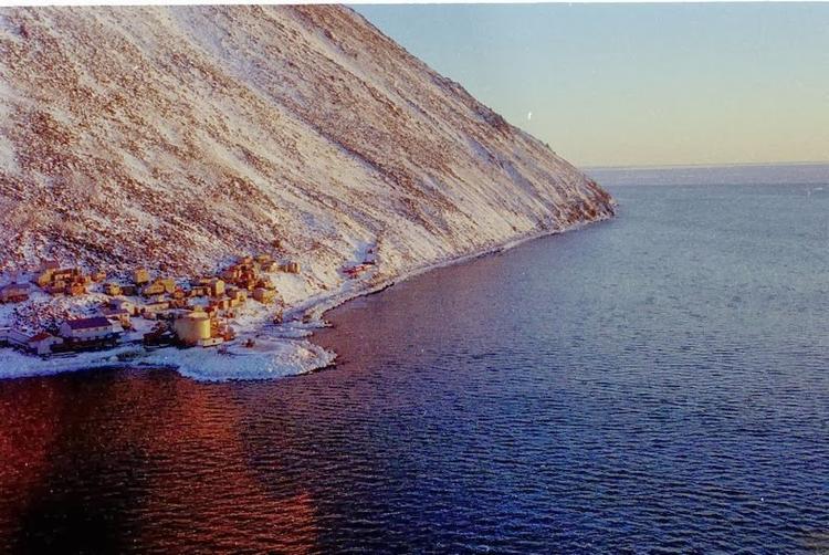 Ngôi làng Diomede (Inalik) ở bờ biển phía tây của đảo Little Diomede, Alaska. Ảnh: Amusingplanet