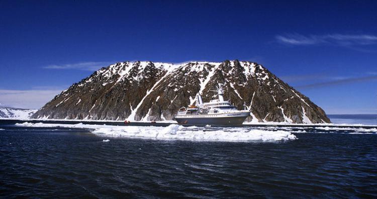 Cả hai đảo đều có địa hình khá bằng phẳng và bị cô lập. Vào mùa hè, chúng bị bao phủ bởi lớp sương mù dày đặc.Ảnh: Amusingplanet