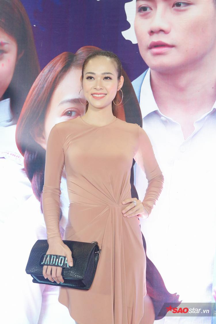 Ngọc Trinh diện váy đen quyến rũ đối lập với sắc trắng tinh khôi của nàng út Quỳnh Hương