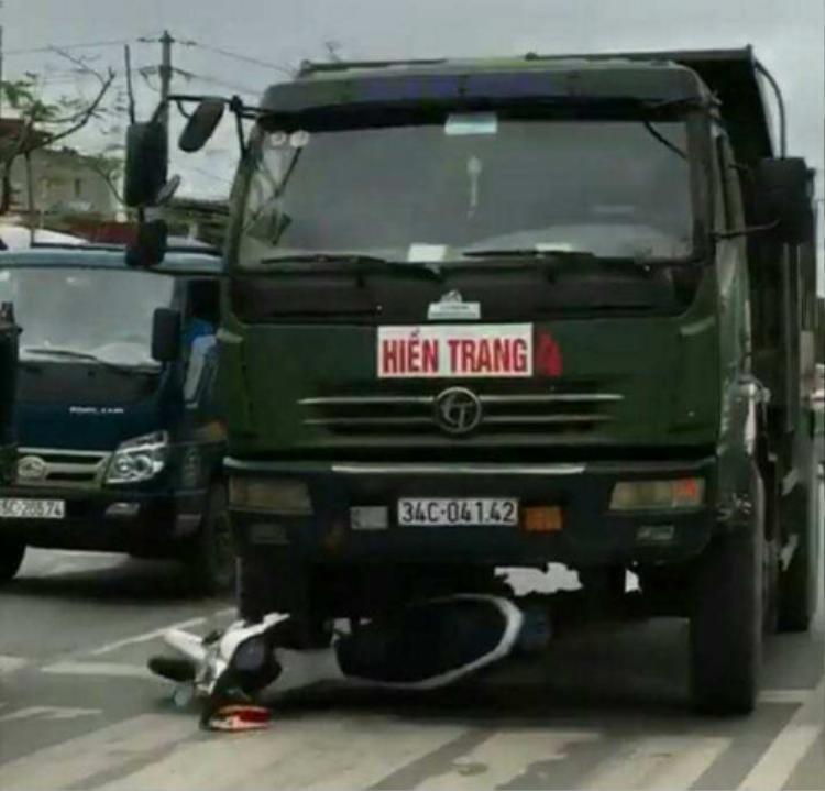 Tài xế xe tải cố tình đâm nát xe CSGT. Ảnh cắt từ clip.