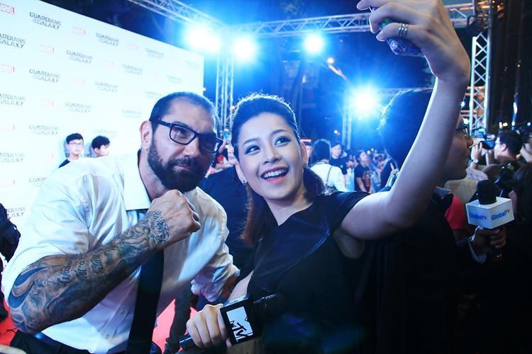 Chi Pu selfie cùng diễn viên ở khu vực dành cho báo chí.