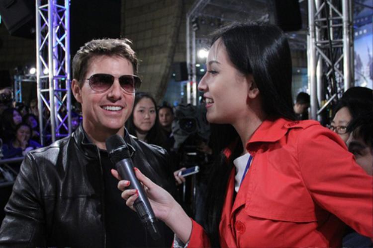 Tương tự tại họp báo phim Oblivion (Đài Loan 2013), Mai Phương Thúy cũng đứng phỏng vấn Tom Cruise tại rìa thảm đỏ.