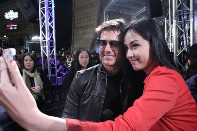 Ở góc chụp này, khán giả dễ lầm tưởng hoa hậu Việt Nam đang đứng cùng Tom Cruise trên thảm đỏ.
