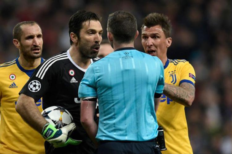 Buffon đã phải nhận thẻ đỏ vì lỗi phản ứng.