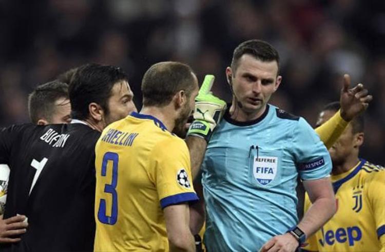 Buffon mắng chửi trọng tài chính.