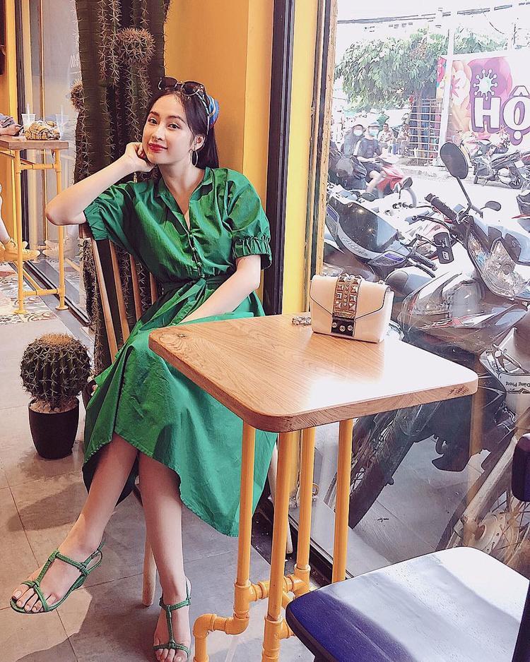 Chiếc váy dài màu xanh rêu đem đến nét nhẹ nhàng cho Angela Phương Trinh. Cô nàng phối cùng giày cao gót cùng tông và khăn cột đầu nhằm tạo điểm nhấn cho tổng thể.