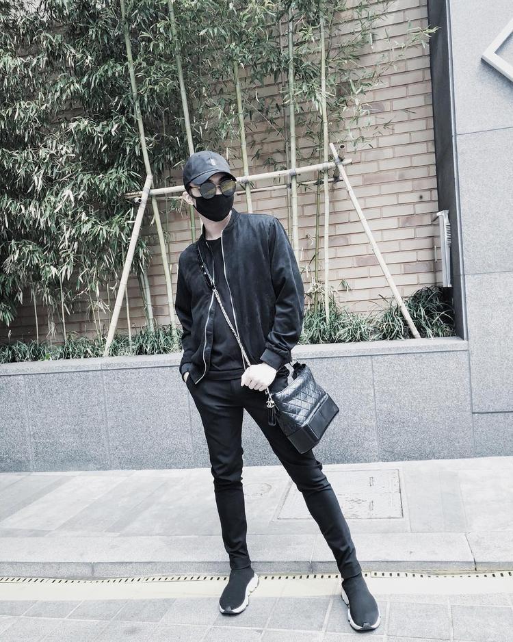 """Chưng diện cả cây đen chất ngầu, Soobin Hoàng Sơn lại khiến nhiều người """"thảng thốt"""" khi đeo chiếc túi nữ tính. Tuy thuộc dòng túi Gabrielle Chanel khá đắt đỏ, giá dao động từ 3000 - 4000$, tầm 70 - 90 triệu đồng, nhưng theo đánh giá của cộng đồng mạng, đa phần đều cho rằng, chiếc túi đã làm anh trông chẳng hề nam tính."""