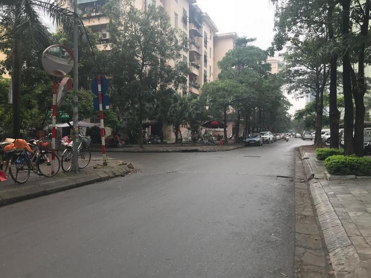 Đoạn đường gần vườn hoa Nhân Chính - nơi người dân bắt giữ tài xế.