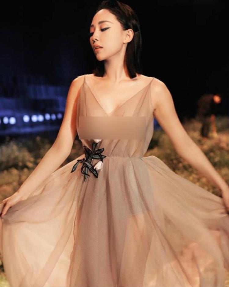 Tuy nhiên, giống với Ngọc Trinh, việc lựa chọn trang phục quá mỏng nên trong một vài khoảnh khắc, cô để lộ cả khuôn ngực chỉ được che chắn bởi miếng dán cùng lớp vải mỏng tang, khiến người đối diện đỏ mặt.