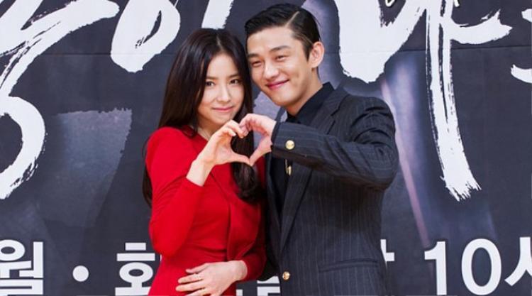 """Tuy, """"mỹ nhân mặt đơ"""" không được giỏi trong việc thể hiện tình cảm qua lối diễn xuất, song Yoo Ah In đã cố tạo ra nhiều khoảnh khắc ngọt ngào khó quên giữa hai người, khiến khán giả thổn thức khôn nguôi."""
