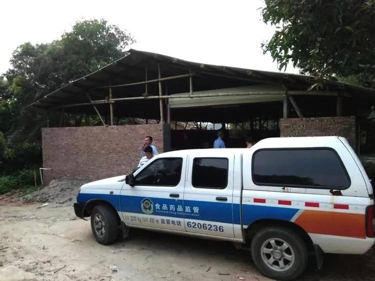 Cách đây vài ngày, cục an toàn thực phẩm thành phố Huệ Châu tỉnh Quảng Đông, Trung Quốc nhận được thông báo từ người dân về một xưởng sản xuất chân gà bẩn có sử dụng chất cấm. Ngay sau khi nhận được tin, cơ quan chức năng đã nhanh chóng tới tận nơi để xác minh.