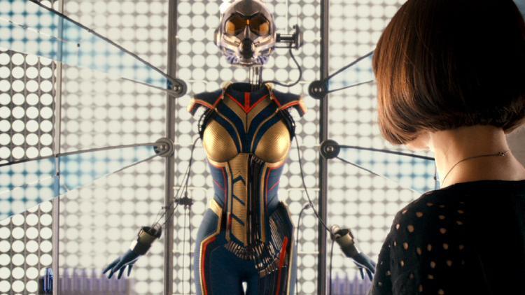 Hope van Dyne ngắm nhìn bộ đấu phục của mình trước khi chính thức trở thành The Wasp.