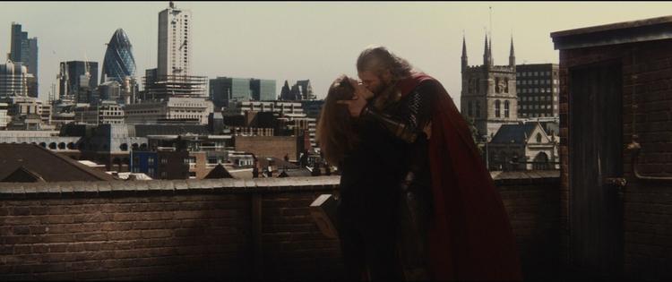 Cảnh hôn vô thưởng vô phạt giữa Thor và Jane.