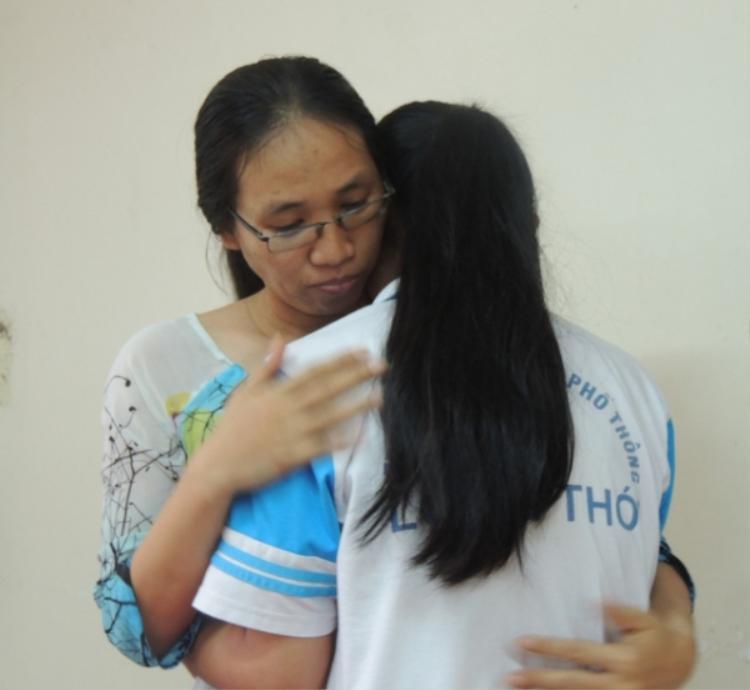 Cô giáo Minh Châu và nữ sinh Song Toàn đã trò chuyện, tháo gỡ những khúc mắc. Ảnh: Infonet.