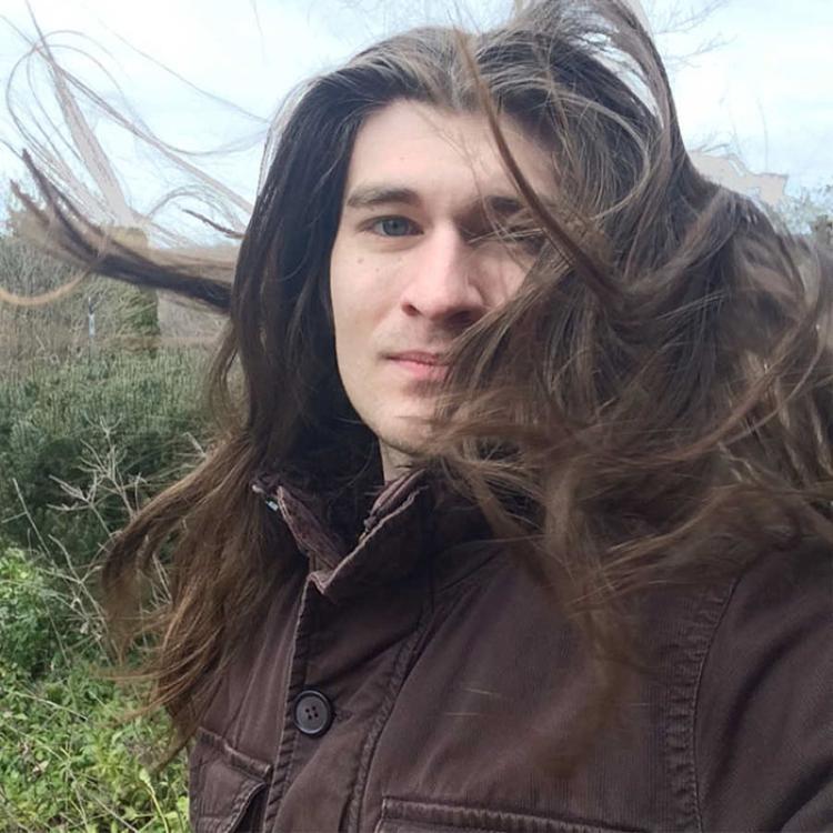 Bên cạnh vẻ đẹp hút hồn, nhiều người còn bị mê hoặc bởi mái tóc của anh chàng. Ảnh: BoredPanda