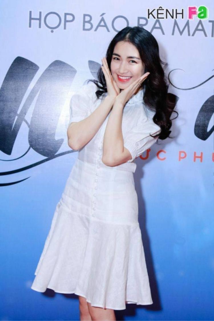 Ca sĩ Hòa Minzy cũng chọn cho mình mái tóc xoăn nhẹ khi diện chiếc váy này.