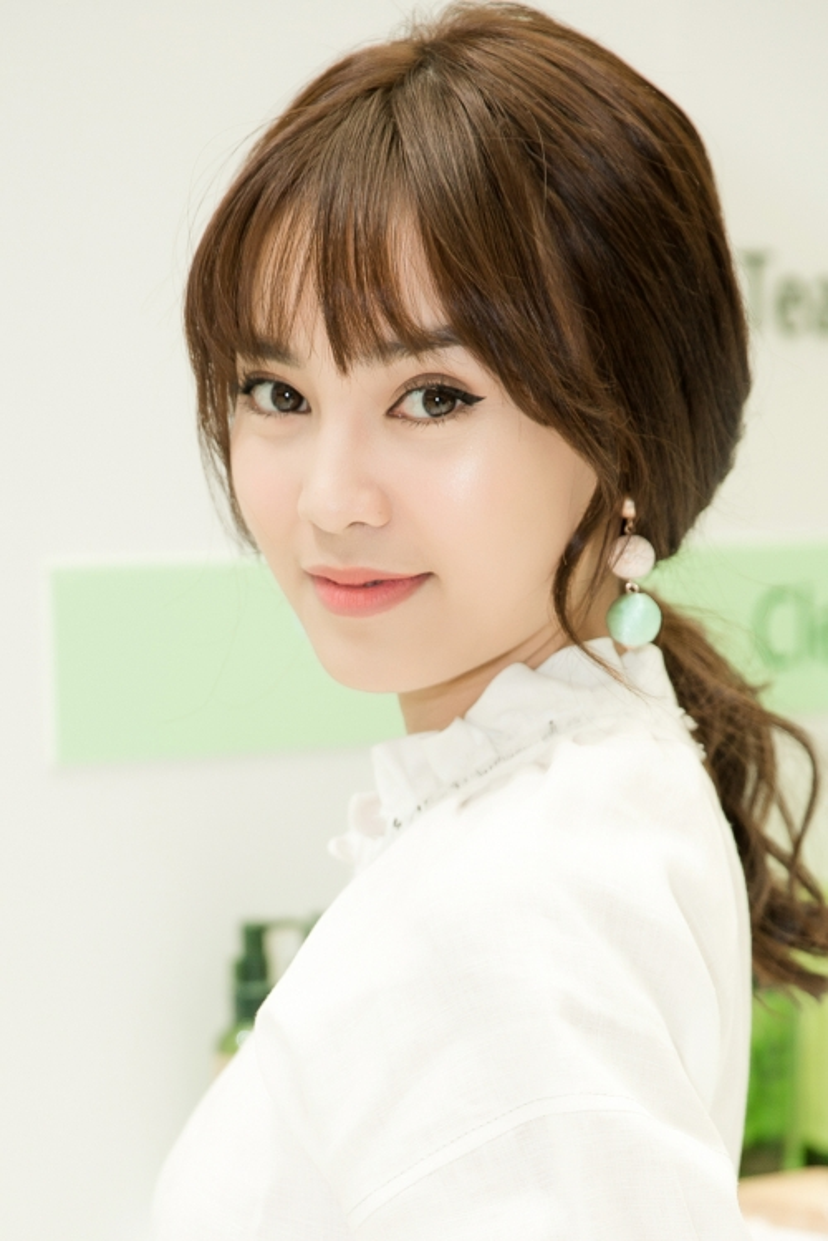 Nữ diễn viên trông giản dị với trang phục, phụ kiện ton-sur-ton cùng gương mặt trang điểm nhẹ, thanh thoát.
