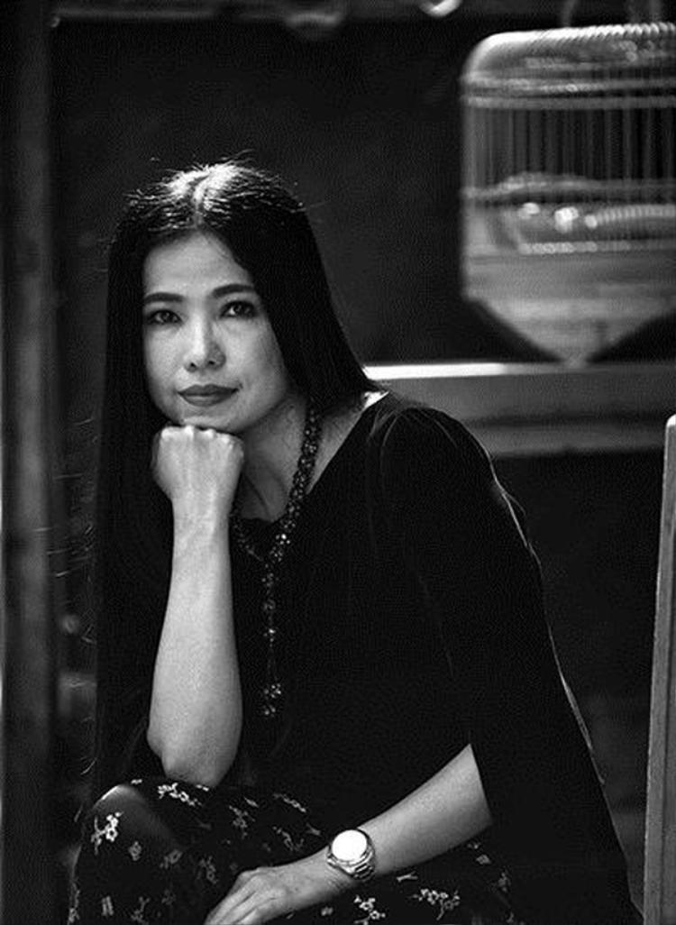 """Chân dung NTK Hà Linh Thư, cô được mệnh danh là """"người đàn bà nhung, lụa"""" vì sở trường sử dụng những chất liệu truyền thống, dân gian trong các thiết kế của mình."""