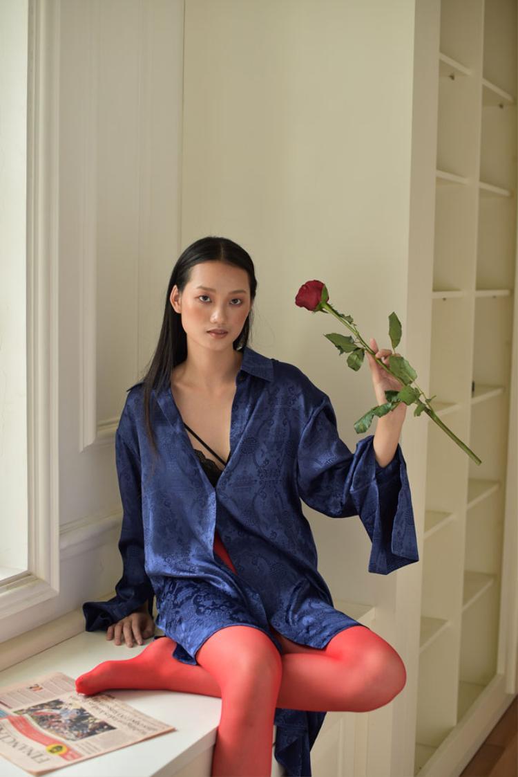 Hà Linh Thư cho biết, bộ sưu tập lần này được lấy ý tưởng từ hình ảnh những người phụ nữ quyến rũ, khoác lên người tấm áo của người đàn ông sau một đêm mặn nồng và vội vã trở về nhà.