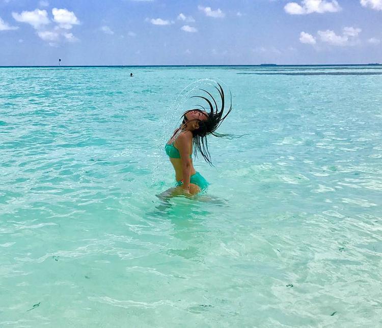 """Hãy mạnh dạn thử cách pose """"xõa"""" hết mình dưới nước này để có được những bức ảnh độc đáo nhất."""