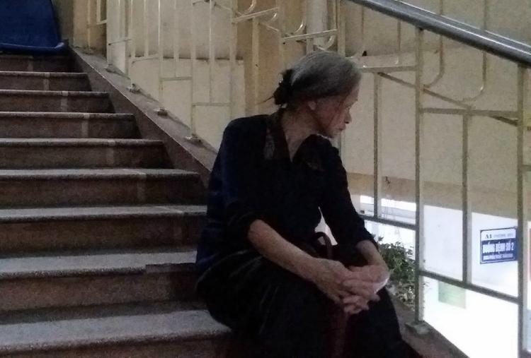 Bà Lan bần thần ngồi ngoài hành lang bệnh viện. Bà như chết lặng khi nghe tin con trai gặp nạn.