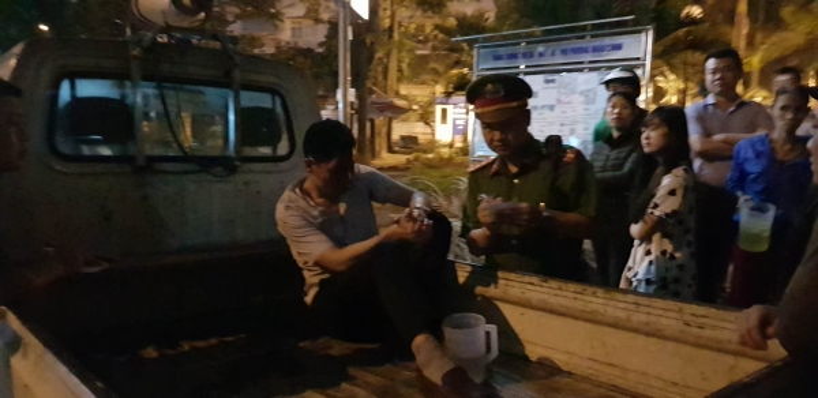 Tài xế bị người dân bắt giữ.