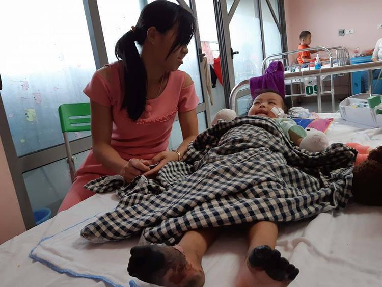 Bé Anh Thư hiện đang được điều trị tại bệnh viện.