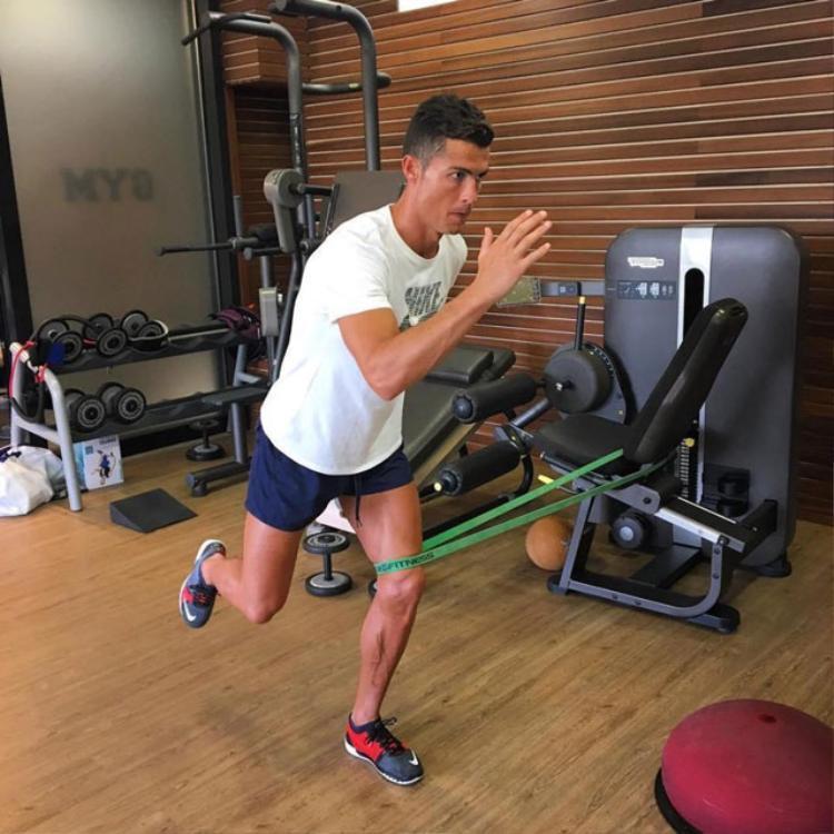 Ronaldo tập luyện mọi lúc, mọi nơi.