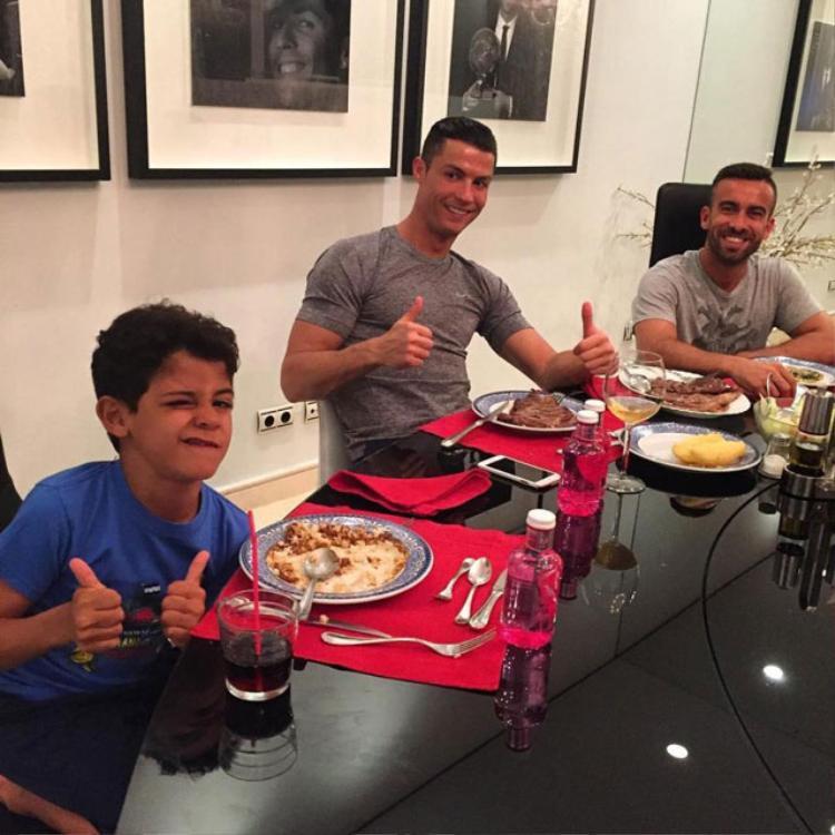 Chế độ ăn là thứ quan trọng trong việc giúp Ronaldo giữ được thân hình chuẩn.