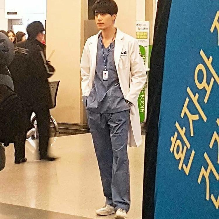 Lee Dong Wook đã rất hợp vai khi khoác lên mình chiếc áoblouse trắng